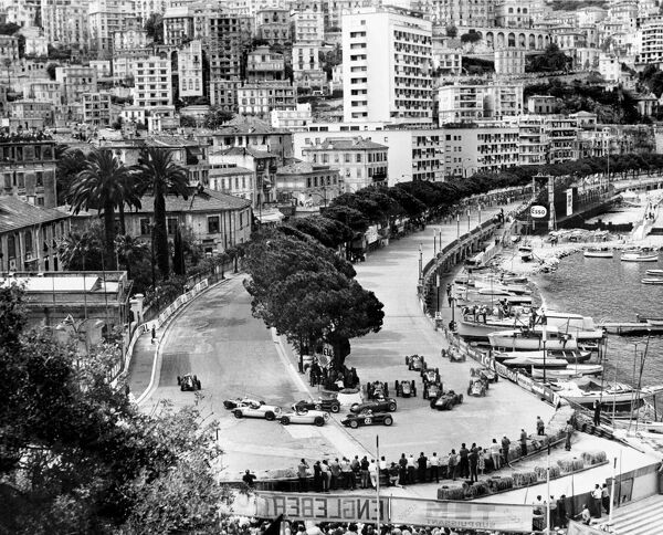 1960 Monaco Grand Prix: Jo Bonnier leads Jack Brabham, Tony Brooks, Stirling Moss, Chris Bristow and the rest of the field at the start