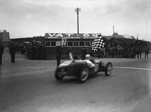 1932 Tourist Trophy: Cyril Whitcroft, 1st position, takes the chequered flag, action