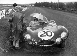 1954 Tourist Trophy: Stirling Moss / Peter Walker, 18th position,waiting in the rain