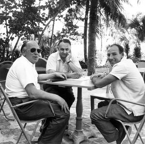 1957 Nassau Tourist Trophy: Stirling Moss, 24th position, relaxing with Reg Parnell and John Wyer