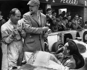 1958 British Grand Prix: Stirling Moss, retired, shares a joke with Mike Hawthorn