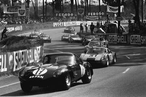 1964 Le Mans 24 Hours: Peter Lumsden/Peter Sargent, retired, leads a group of cars at the start