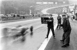 Formula One World Championship: Pit signal to Jim Clark Lotus, saying he is 25 secs