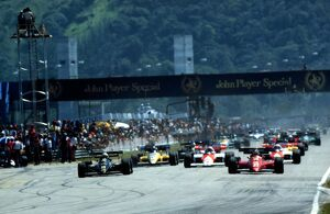 The start of the race, pole position Elio de Angelis, Lotus laeds
